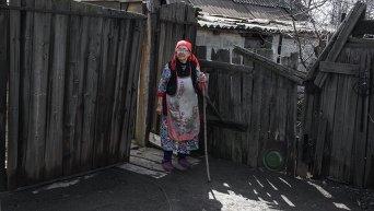 Пожилая женщина в районе Углегорска