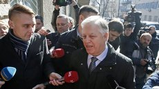 Лидер КПУ Петр Симоненко перед зданием СБУ, куда он прибыл на допрос