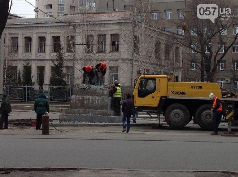 В Харькове демонтировали поврежденную в результате взрыва стелу