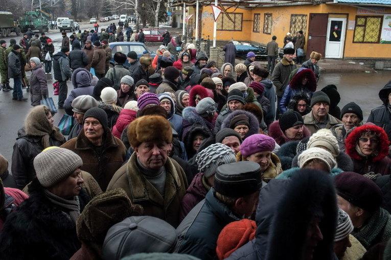 Жители Дебальцево стоят в очереди за гуманитарной помощью