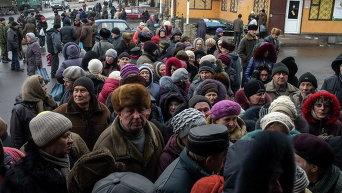 Жители Дебальцево стоят в очереди за гуманитарной помощью, 17 марта 2015 г