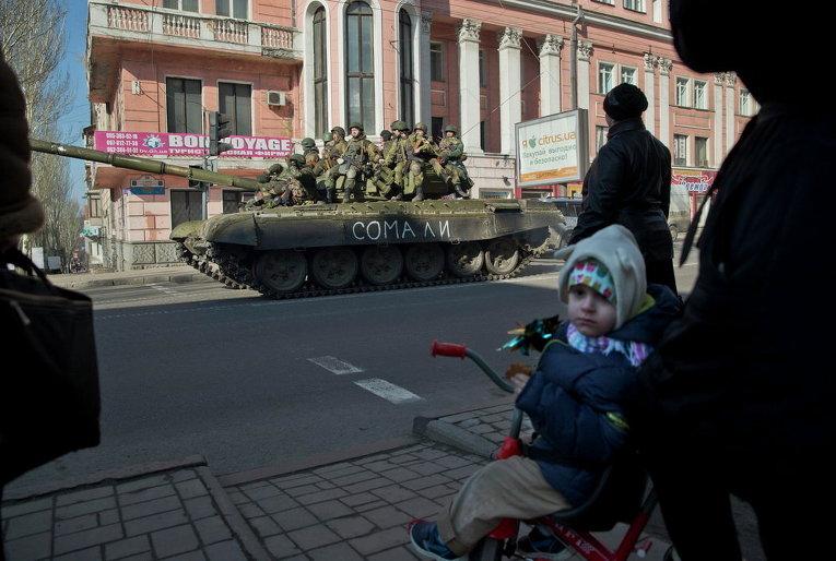 Ополченцы на танке в центре Донецка