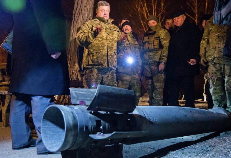 Президент Петр Порошенко осматривает неразорвавшуюся ракету в Краматорске Донецкой области, 11 февраля 2015 г