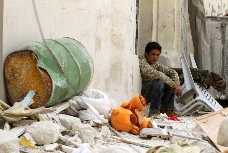 Сириец на пороге разрушенного дома