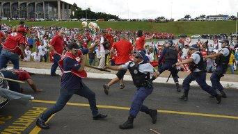 Участники акции протеста в Бразилии выступили против проекта закона, который разрешит предприятиям использовать внештатную рабочую силу.  Столкновения протестующих с полицией.