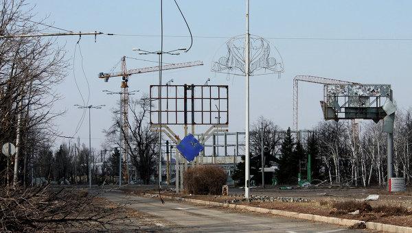 Искореженные во время боевых действий рекламные щиты, дорожные знаки в районе дороги в аэропорт Донецка.21 марта 2015 года