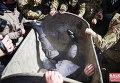 В Ивано-Франсковске начальника Главного управления юстиции в области Василия Кавацюказатолкали в мусорный бак