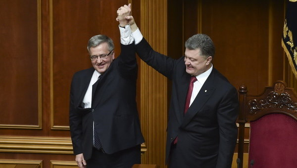 Президент Украины Петр Порошенко и его польский коллега Бронислав Коморовский в Верховной Раде. Архивное фото