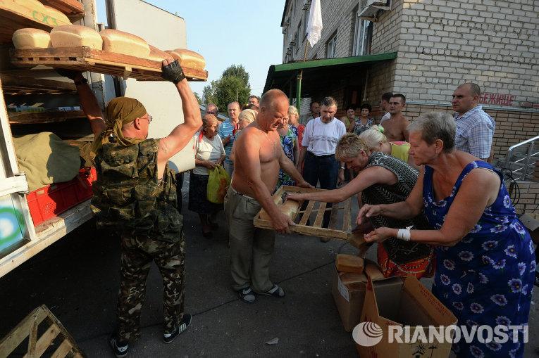 Жители Иловайска разбирают хлеб, 15 августа 2014