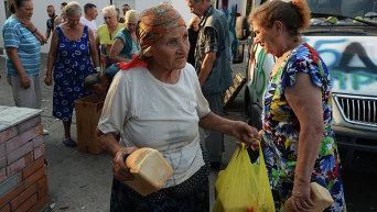 Пожилая женщина с хлебом. Архивное фото