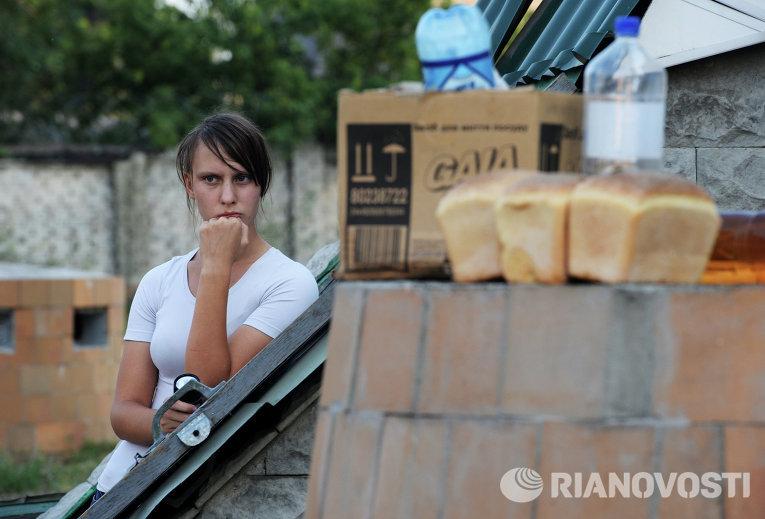Жительница рядом со входом в бомбоубежище в городе Иловайске, 15 августа 2014