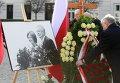 Ярослав Качиньский, брат-близнец покойного президента Польши Леха Качиньского, перед Президентским дворцом во время торжественной церемонии, посвященной 5-летию со дня авиакатастрофы под Смоленском