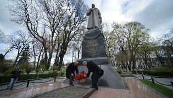 Участники митинга в защиту памятника генералу Ватутину в Киеве