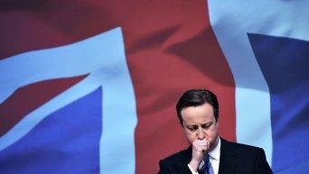 Премьер-министр Великобритании Дэвид Кэмерон начинает зачитывать предвыборный манифест Консервативной партии в городе Суиндон, в западной Англии