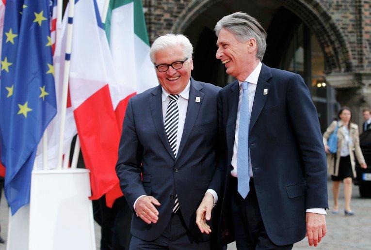 Министр иностранных дел Германии Франк-Вальтер Штайнмайер со своим британским коллегой Филипом Хаммондом в немецком Любеке, где проходит встреча министров иностранных дел стран Большой семерки.