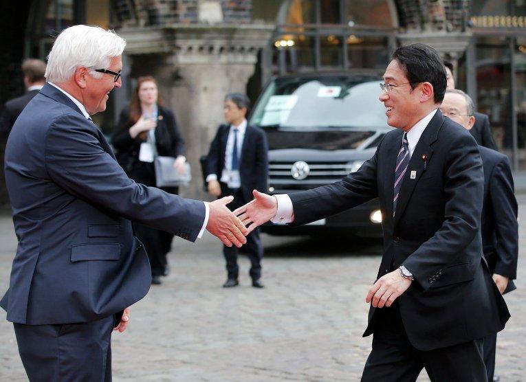 Министр иностранных дел Германии Франк-Вальтер Штайнмайер со своим японским коллегой Фумио Кисида на встрече министров иностранных дел стран Большой семерки