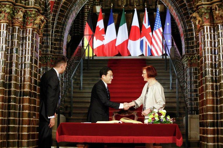 Министр иностранных дел Японии Фумио Кисида с городскими властями немецкого Любека