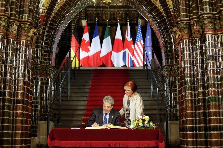Министр иностранных дел Италии Паоло Джентилони расписывается в Золотой книге Любека