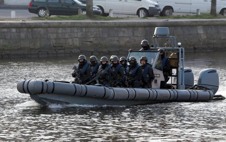 Немецкая полиция патрулирует реку Траве