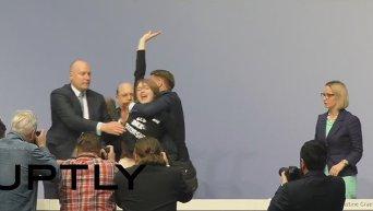 Активистка FEMEN прервала пресс-конференцию главы ЕЦБ, Видео