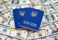 Биометрический загранпаспорт Украины на фоне долларовых купюр