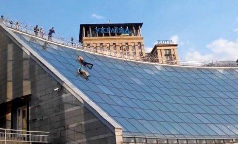Два парня катаются на крыше Глобуса в Киеве