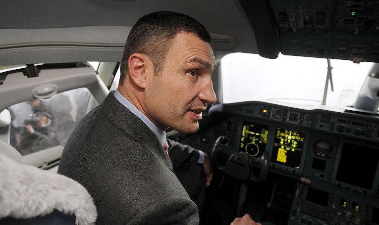 Виталий Кличко в кабине пилота самолета Ан-178