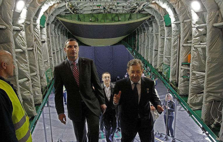 Виталий Кличко и Дмитрий Кива на презентации самолета Ан-178