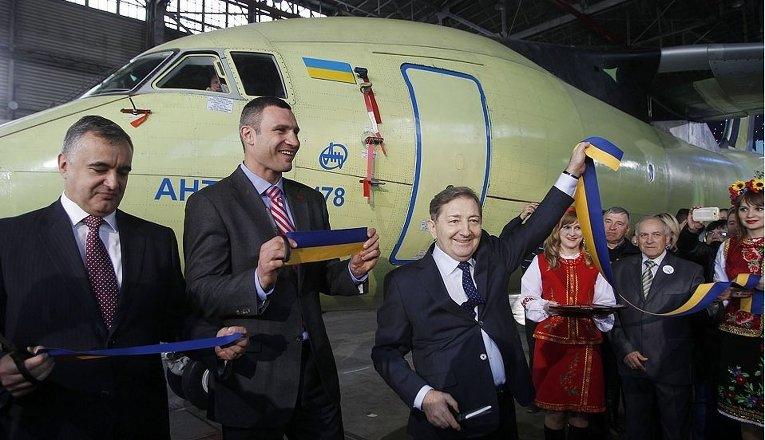 Мэр Киева Виталий Кличко и генеральный конструктор ГП Антонов Дмитрий Кива на презентации самолета Ан-178