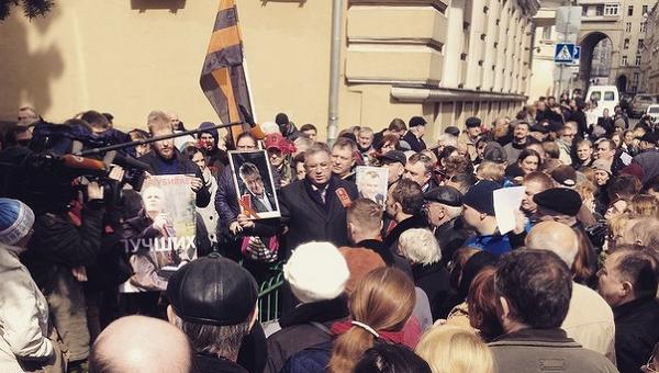 Акция памяти Бузины и Калашникова в Москве у посольства Украины