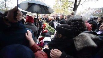 Проститься с Бузиной пришли несколько сотен человек