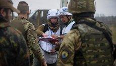 Наблюдатели миссии ОБСЕ и украинские военнослужащие близ Широкино