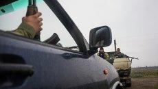 Украинские военнослужащие охраняют миссию ОБСЕ на пути в Широкино