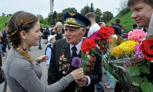 Киевляне поздравляют ветеранов с Днем победы в парке Славы 9 мая 2011 года. Архивное фото