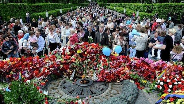 Киевляне возле памятника жертвам Великой Отечественной войны в Киеве, 9 мая 2011 года