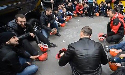 Шахтеры стучат шахтерскими касками по тротуарной плитке в Киеве в ходе акции протеста