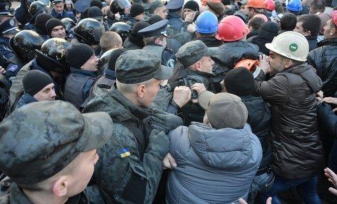 Потасовка во время акции протестов шахтеров в Киеве 22 апреля 2015 года