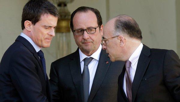 Президент Франции Франсуа Олланд с министром внутренних дел Бернаром Казнев и премьер-министром Мануэлем Вальсом.