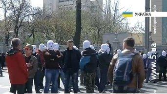Протестующие в белых балаклавах под ВР. Видео