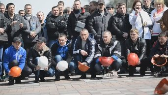 Шахтеры в Киеве перекрыли улицу Грушевского. Видео