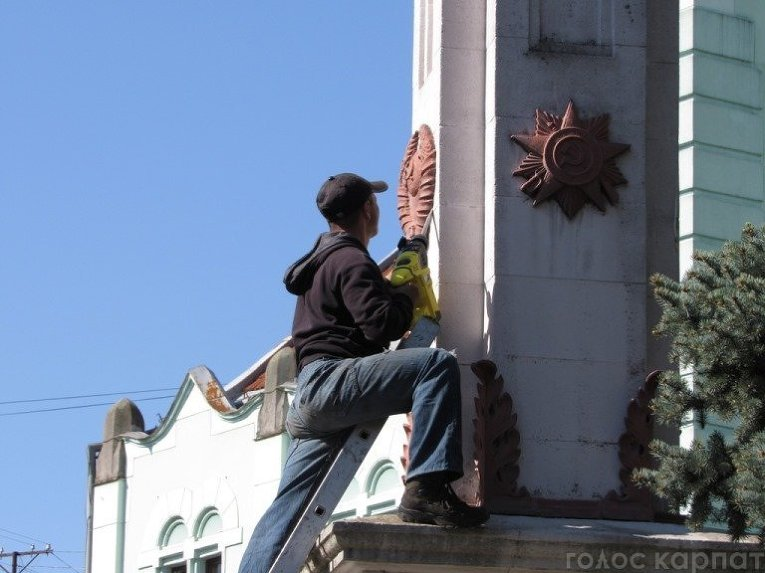 Демонтаж советской символики в Мукачево