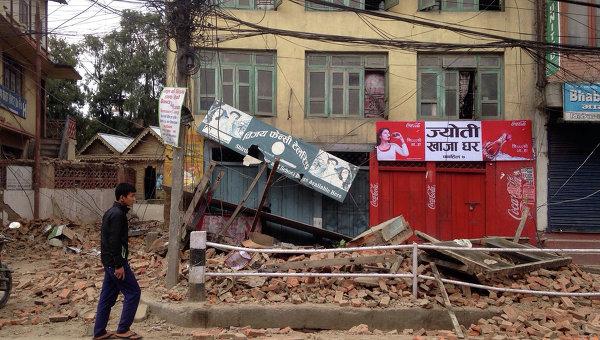Мужчина ходит среди разрушений от землетрясения