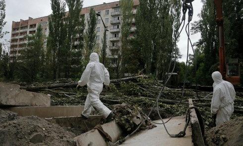 Работники патрулируют Припять, 25 августа 2013 г