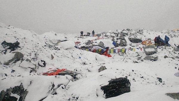 Из-за землетрясения в Непале на Эвересте произошел сход лавины