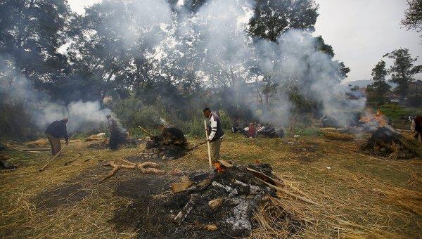Люди кремируют тела жертв землетрясения