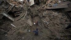 Люди ищут членов семьи среди завалов