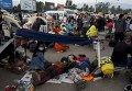 Туристы в Непале, ожидающие свои рейсы за пределами аэропорта Трибхуван