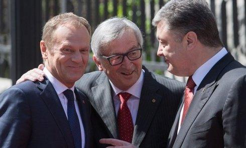 Президент Евросовета Дональд Туск, президент Украины Петр Порошенко и глава Еврокомиссии Жан-Клод Юнкер