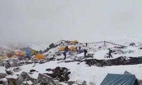 Сход лавины на Эвересте в результате землетрясения в Непале