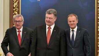 Глава Евросовета Дональд Туск, президент Украины Петр Порошенко и глава Еврокомиссии Жан-Клод Юнкер